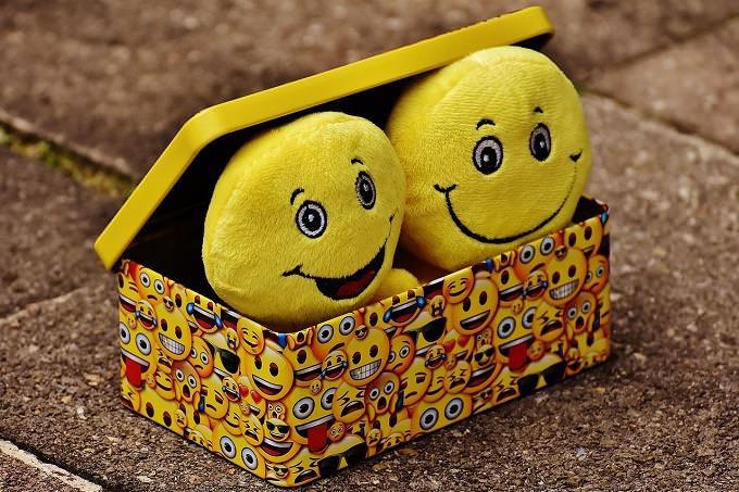 קופסה עם בובות מחייכות
