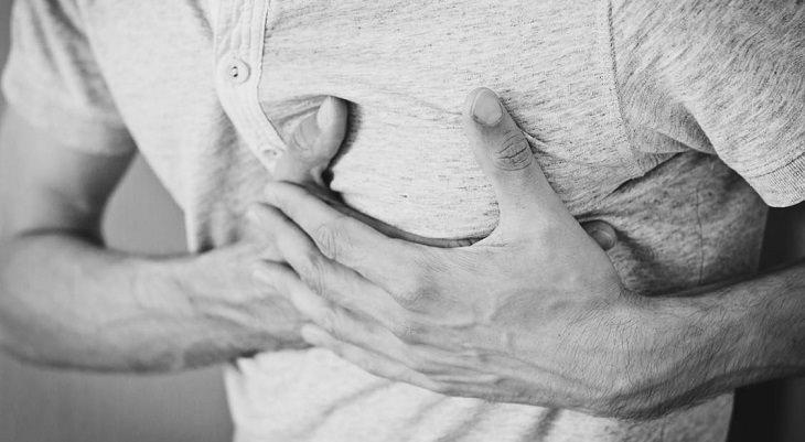 8 סימנים למחסור בסידן: גבר מחזיק את אזור בית החזה