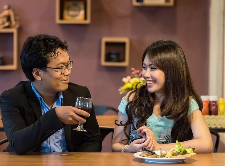 עצות לנישואים: זוג מחויך אוכל ארוחת ערב