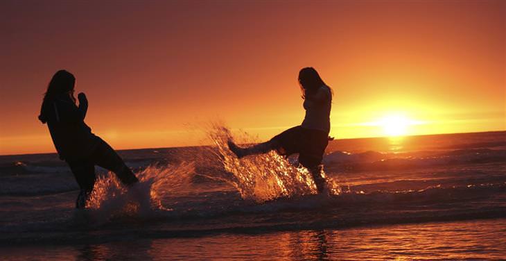 שתי נשים משתטות בים