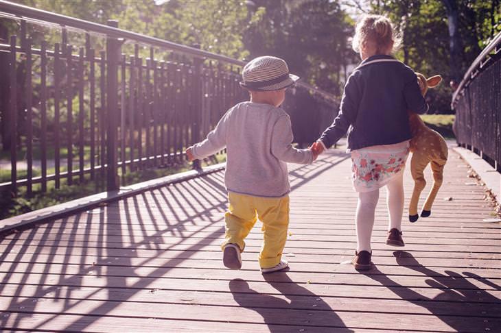ילדה נותנת יד לילד קטן