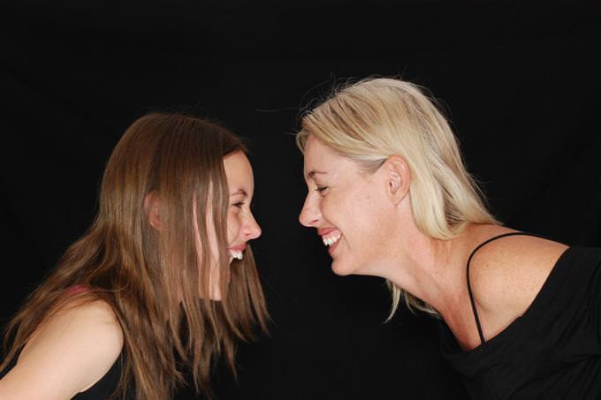 אמא ובת מסתכלות אחת על השנייה ומחייכות