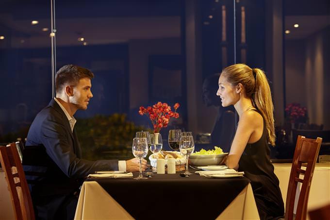 זוג יושב במסעדה