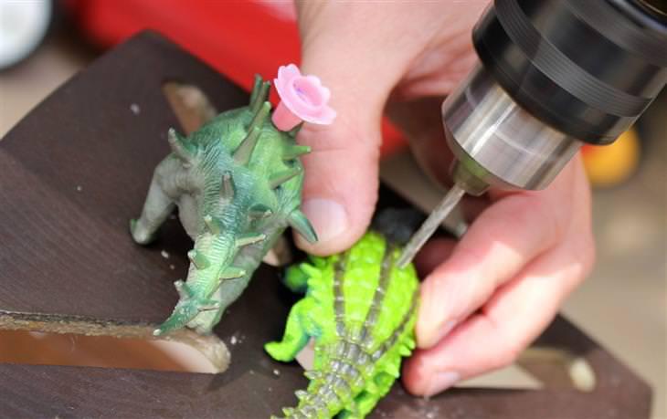 קדיחת חור בגב של בובת דינוזאור
