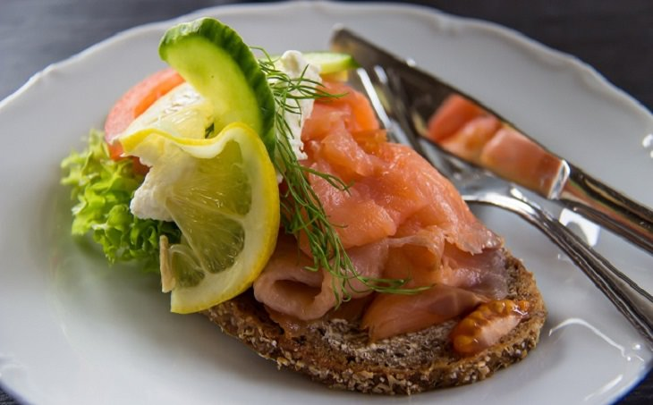 דג ועגבנייה על לחם
