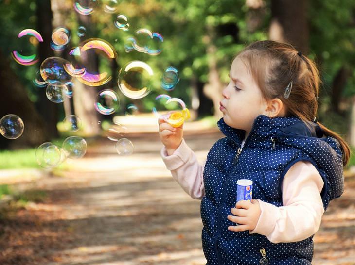 ילדה מפריחה בועות