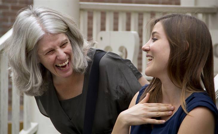 אישה מבוגרת צוחקת ליד אישה צעירה ממנה