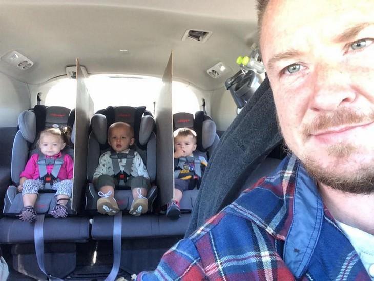 אבא ברכב ומאחוריו שלושה ילדים מופרדים על ידי מחיצות קרטון