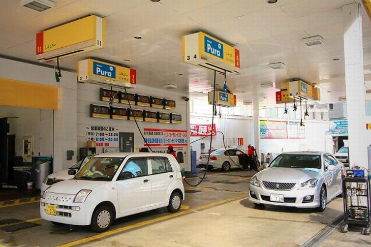 חידושים טכנולוגיים מיפן: תחנת דלק ביפן עם צינורות תדלוק תלויים מהתקרה