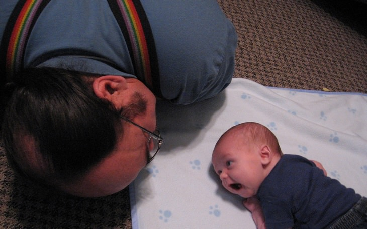 סבא משחק עם תינוק
