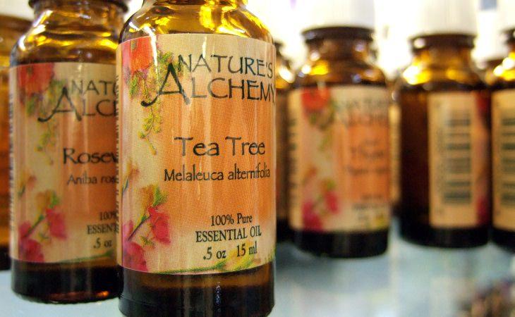 בקבוקונים של שמן עץ התה