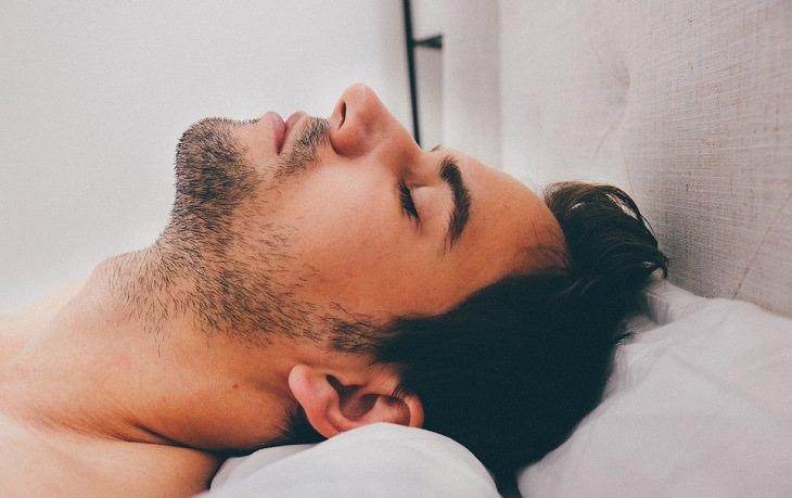 משקה בריאות לשינה טובה: גבר ישן במיטה