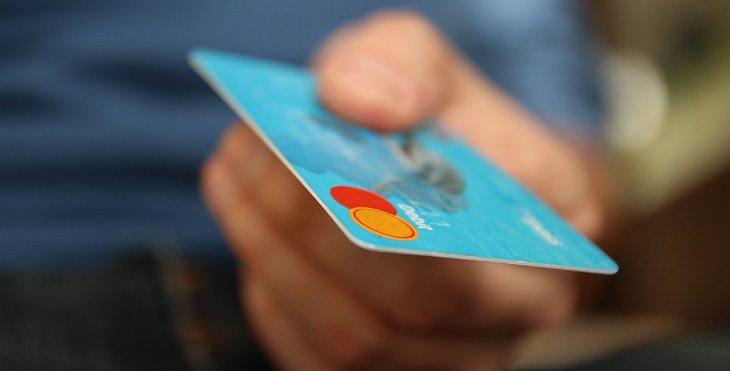 יש מושיטה כרטיס אשראי