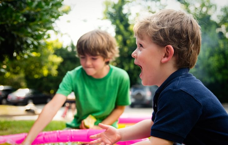 שני ילדים משחקים בגינה