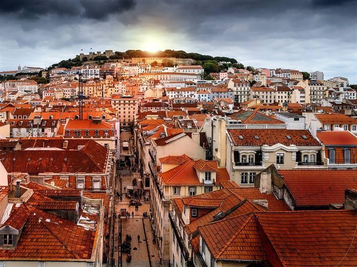 מסלול טיולים בליסבון: שמש עולה על העיר ליסבון
