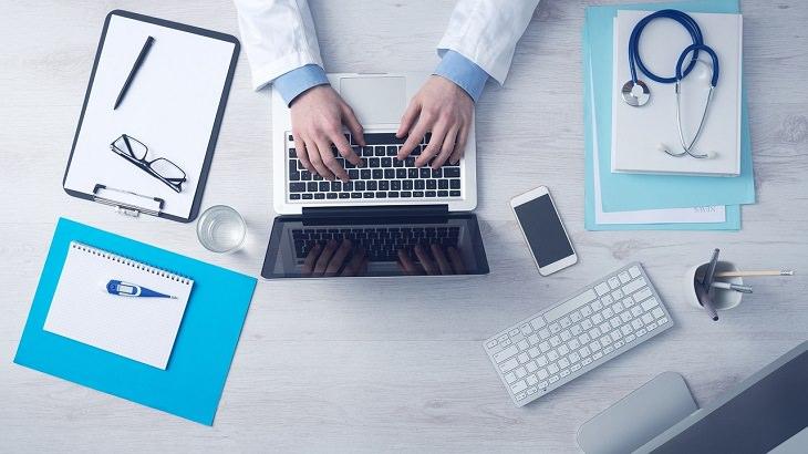 שולחן של רופא שמקליד על מחשב