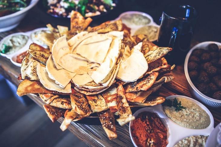 שולחן עם אוכל מקסיקני עליו