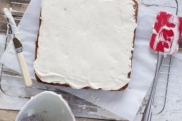 ציפוי וניל על עוגת בננות