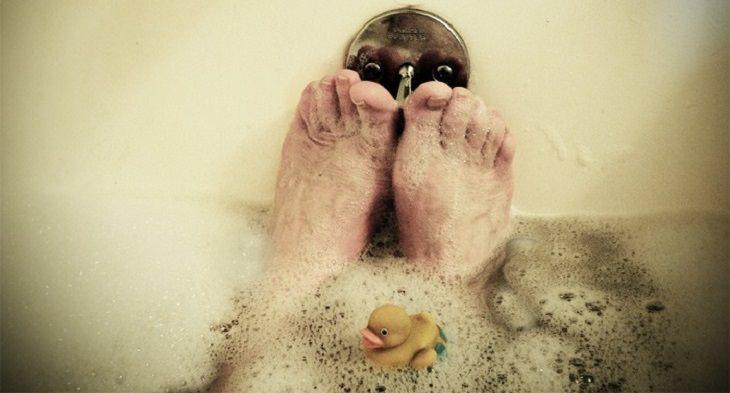 כפות רגליים באמבטיה