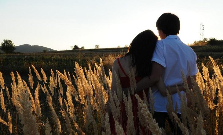 גבר ואישה מחובקים יחד בשדה