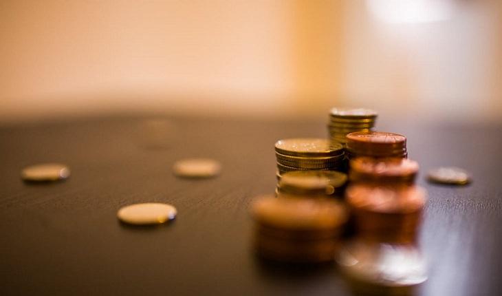 מטבעות מונחים על שולחן