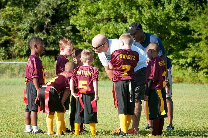 טיפים לבניית בטחון עצמי אצל ילדים: מאמן וקבוצת ילדים