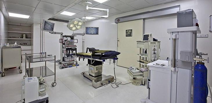 בדיחה על מראה חיצוני: חדר ניתוחים