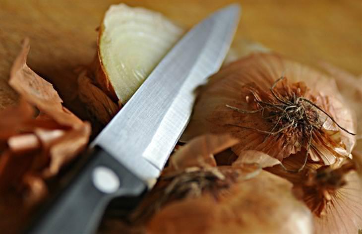 בצל חתוך וסכין