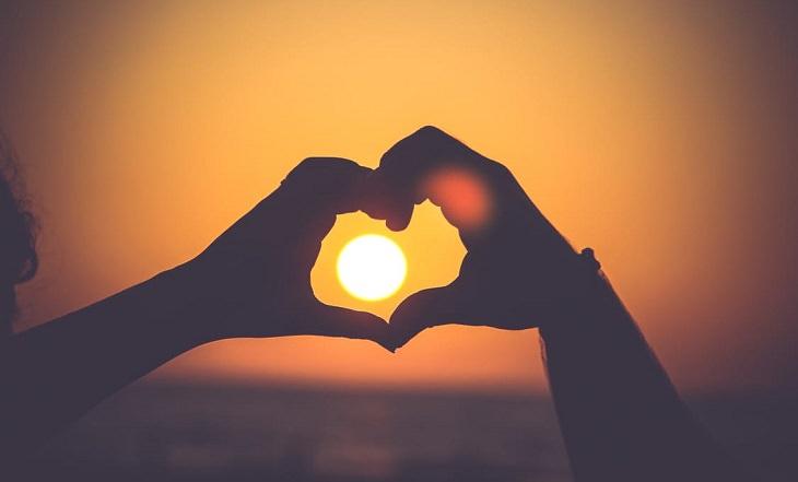 ידיים יוצרות צורה של לב