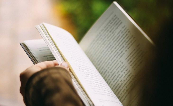 אדם קורא ספר