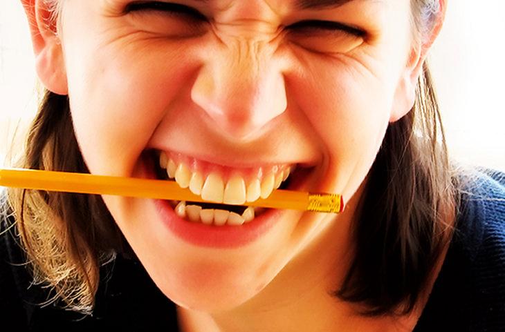אישה נושכת עיפרון