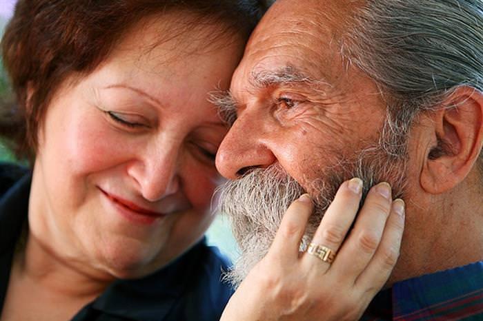 סימנים לאהבה  - זוג מבוגר, האישה נשענת על הגבר