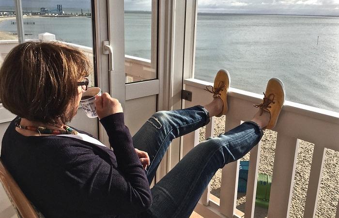 איך לפתח חוסן נפשי: אישה יושבת על מרפסת