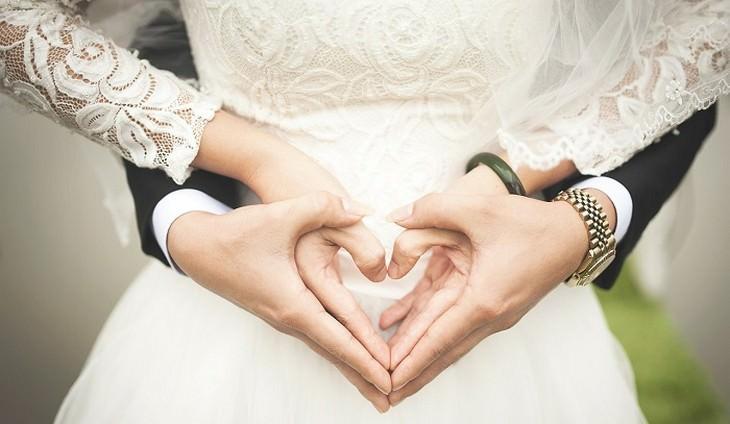 עצות נישואים: חתן וכלה אוחזים ידיים ומסמנים לב