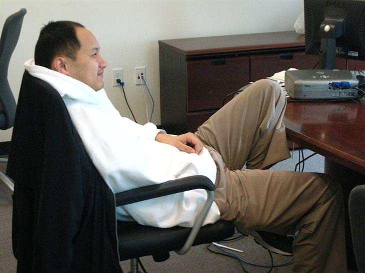 המדריך השלם ליציבה נכונה: גבר מרושל יושב עקום על כיסא