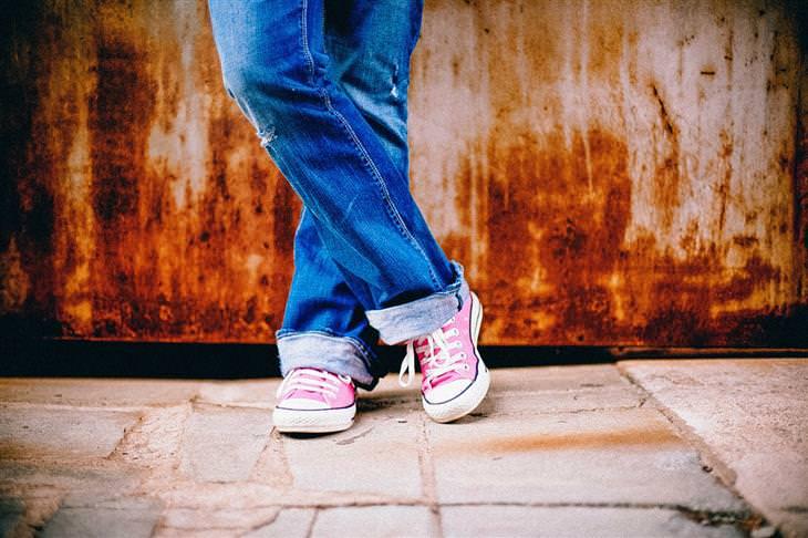 המדריך השלם ליציבה נכונה: רגלי אישה בג'ינס עם נעלים וורודות
