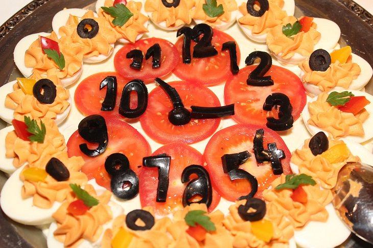 מזונות בריאים שאפשר לאכול בערב: צלחת מזון בעיצוב שעון