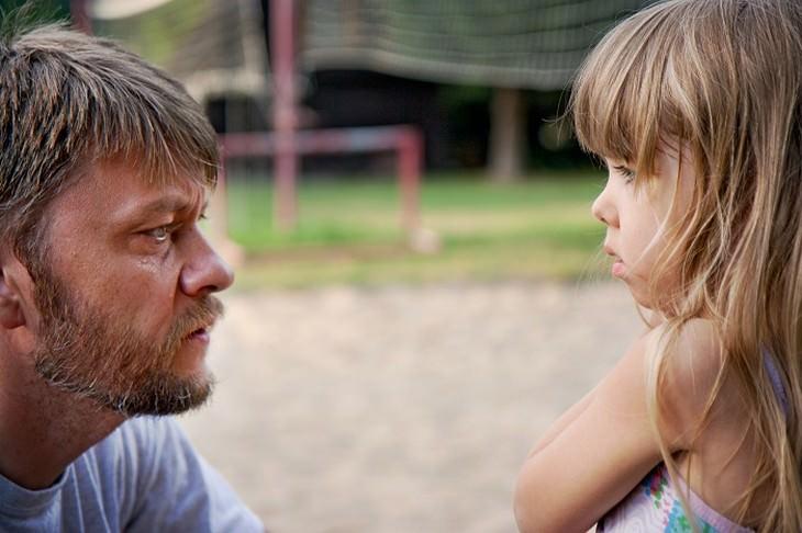 משפטים שהורים לא צריכים להגיד: אב מסתכל בבתו בגובה העיניים