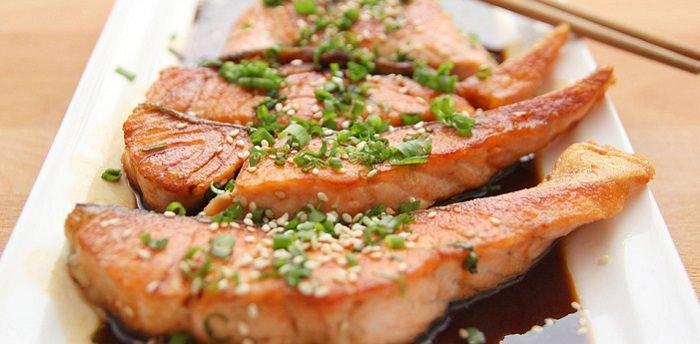יתרונות הבריאותיים של דג סלמון: דג סלמון מבושל ומוגש עם שומשום ורוטב סויה