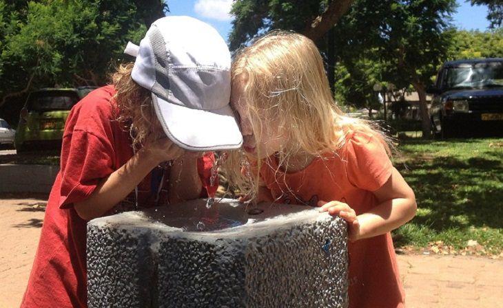 טיפים להורים להרגלי אכילה נכונים לילדים: שתי ילדות שותות מברזייה