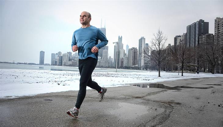אימון הליכה מהירה: איש רץ על ליד חוף הים