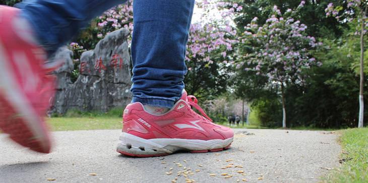 אימון הליכה מהירה: רגליים עם נעלי ספורט על שביל הליכה