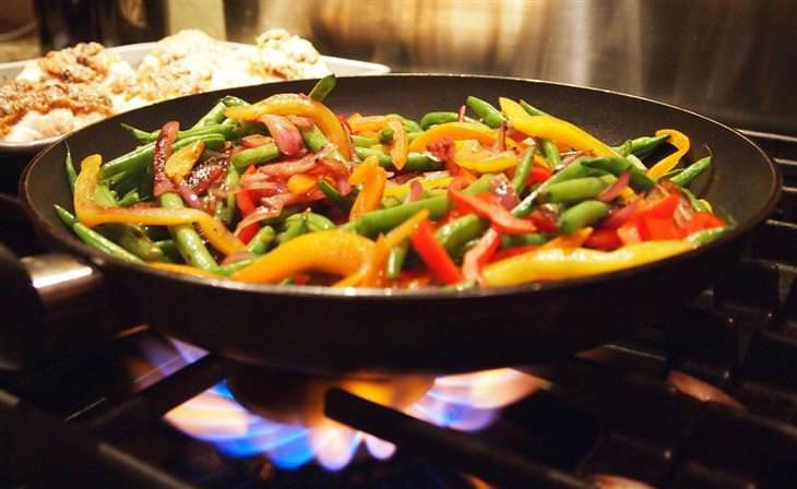 מדריך להכנת אוכל מוקפץ: מנת מוקפץ במחבת