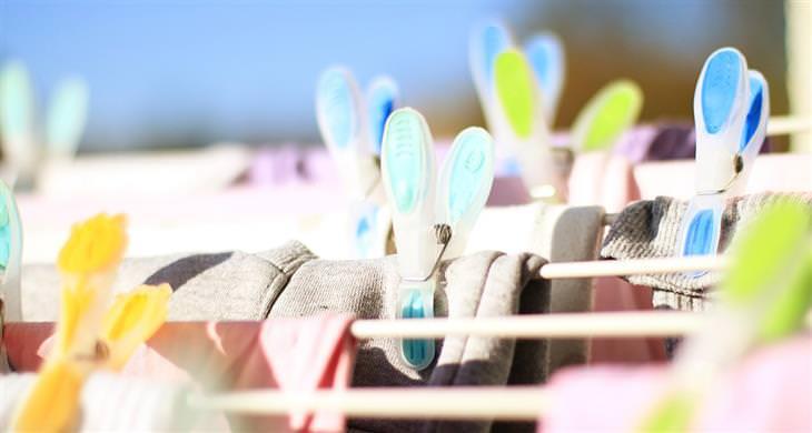 אחסון בגדי חורף: בגדים על מתקן תלייה