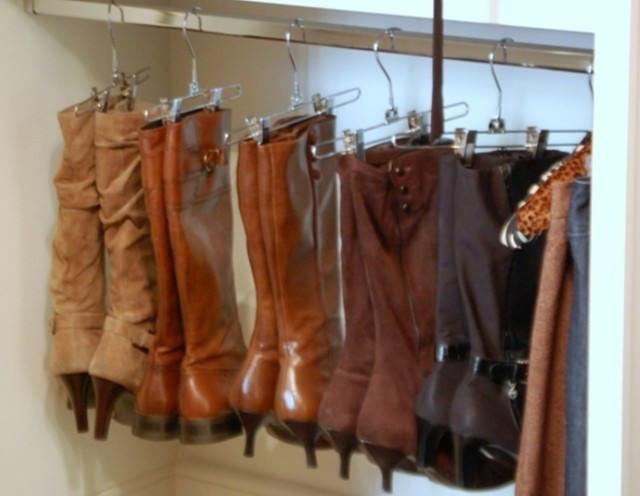 אחסון בגדי חורף: מגפיים תלויים על מתלים