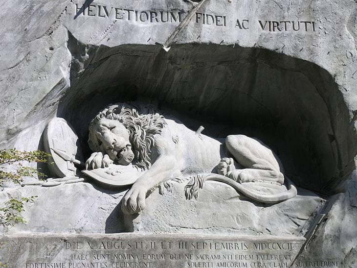 פסלים חצובים ענקיים