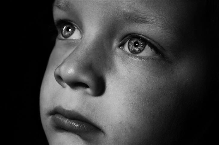 הורות מזיקה: צילום תקריב של פני ילד בשחור לבן