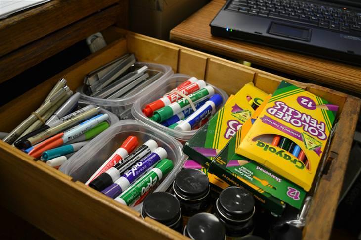 שיטת קון-מארי לסידור הבית: מגירת כלי כתיבה מסודרת