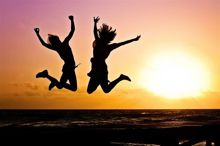 שיטת קון-מארי לסידור הבית: צלליות של שתי נשים קופצות מאושר על רקע שקיעה