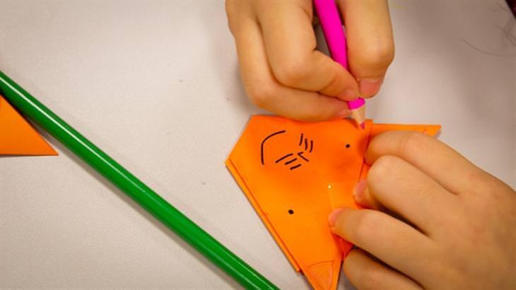 רעיונות מדליקים ליצירת אוריגמי: ידי אישה עובדות על יצירת אוריגמי
